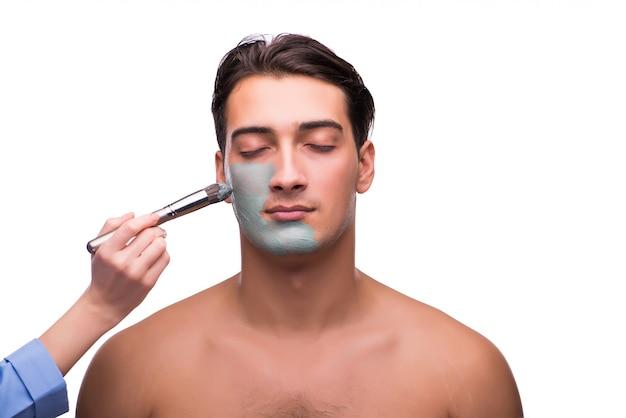 Hombre con mascarilla se aplica sobre blanco
