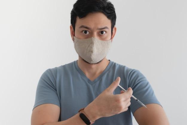 El hombre con una mascarilla está inyectando una vacuna. concepto de protección antivirus.