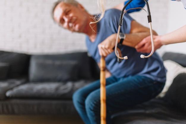 Hombre mayor en asilo de ancianos