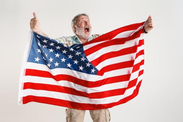 Hombre mayor con la bandera de estados unidos de américa