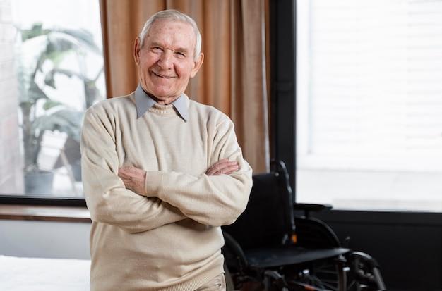Hombre mayor en casa esperando una cita con el médico