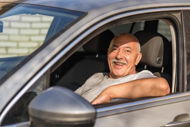 Hombre mayor, conducir un coche