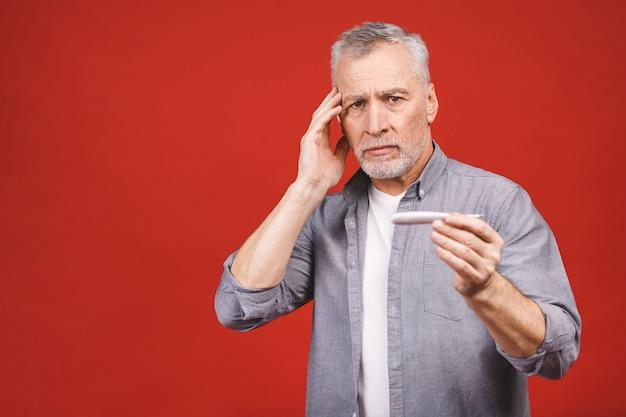 Hombre mayor enfermo con termómetro con gripe, alergia, gérmenes, co