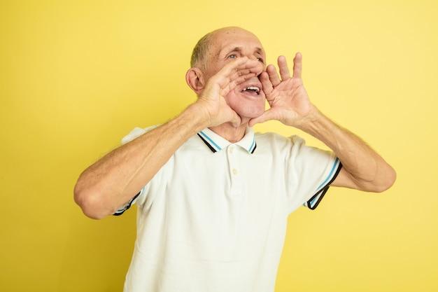 Hombre mayor llamando a alguien
