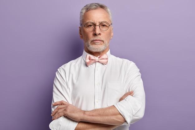 Hombre mayor, llevando, camisa blanca, y, pajarita rosa