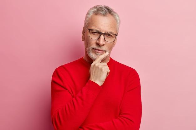 Hombre mayor, llevando, jersey rojo, y, anteojos de moda