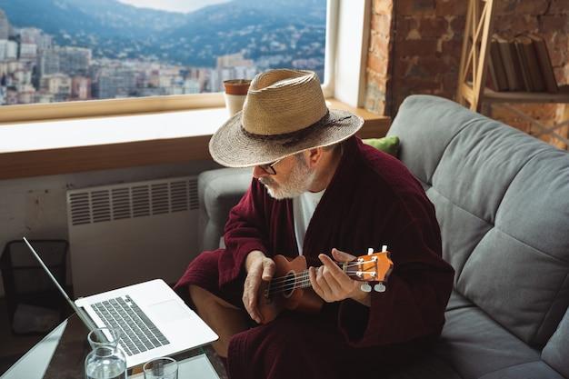 Hombre mayor maduro durante la cuarentena, dándose cuenta de lo importante que es quedarse en casa durante el brote de virus