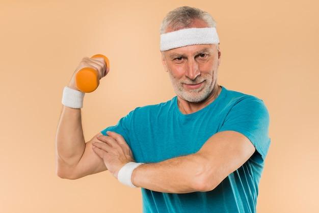 Hombre mayor moderno entrenando con pesas