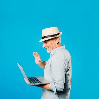 Hombre mayor moderno con portátil