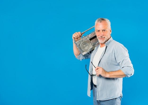 Hombre mayor moderno con radio vintage