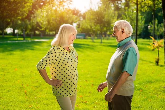 Hombre mayor y mujer al aire libre.
