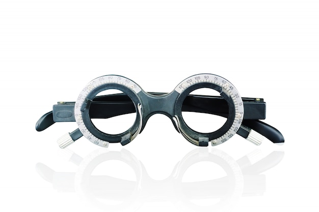 Hombre mayor que comprueba su vista mientras que mira la pantalla en la pared el óptico, concepto de la optometría