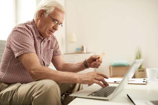 Hombre mayor que hace compras en línea