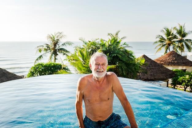 Hombre mayor, refrigeración, en, piscina