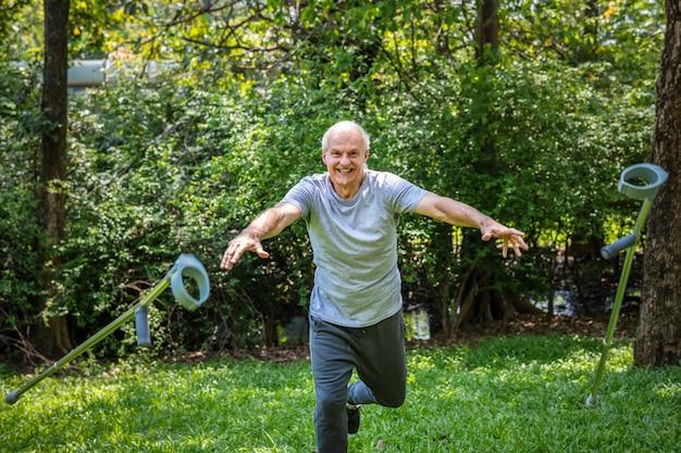 Hombre mayor rehabilitado lanzando sus muletas.