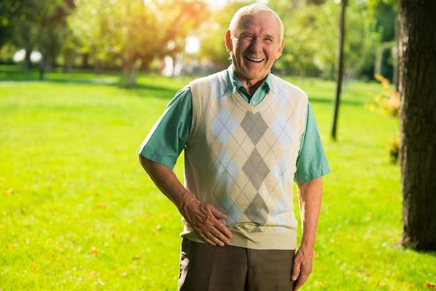 El hombre mayor se está riendo.