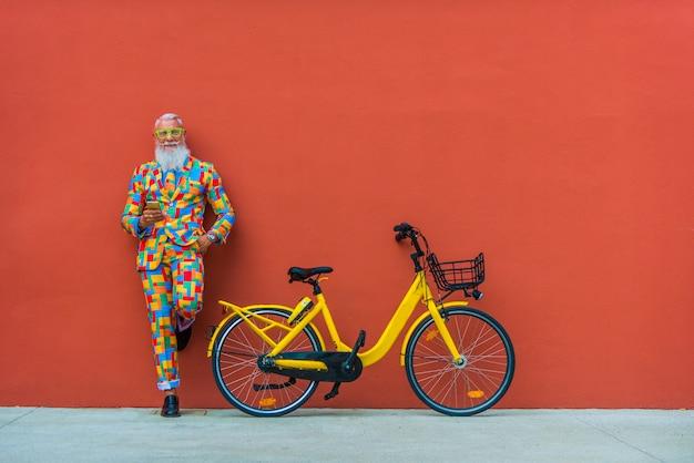 Hombre mayor en ropa colorida extravagante