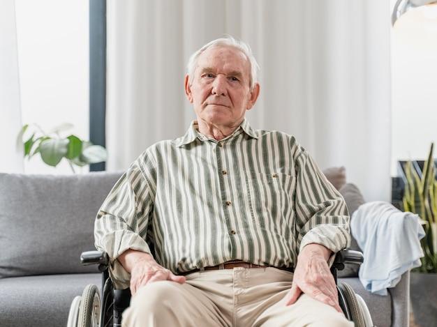 Hombre mayor, sentado, en, silla de ruedas