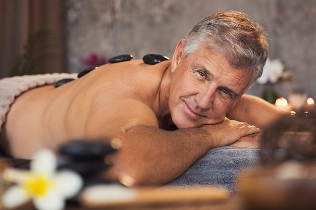 Hombre mayor en el spa de belleza