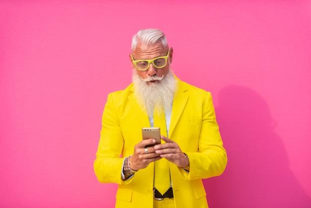 Hombre mayor en traje amarillo extravagante