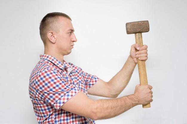 Hombre con un mazo. concepto de trabajo