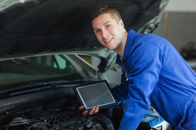 Hombre mecánico con tablet pc
