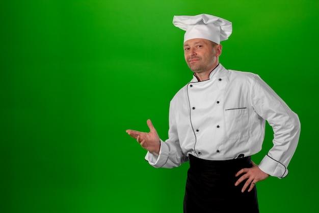 Hombre de mediana edad blanco sobre un fondo verde