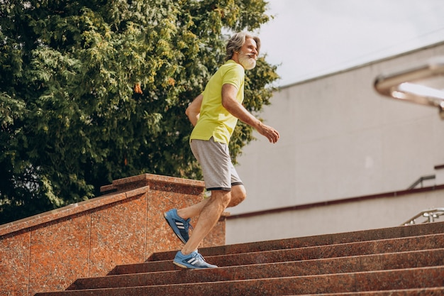 Hombre de mediana edad corriendo hacia abajo y arriba