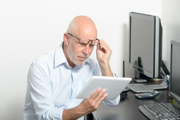 Hombre de mediana edad con dolor en los ojos