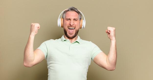 Hombre de mediana edad escuchando música con sus auriculares