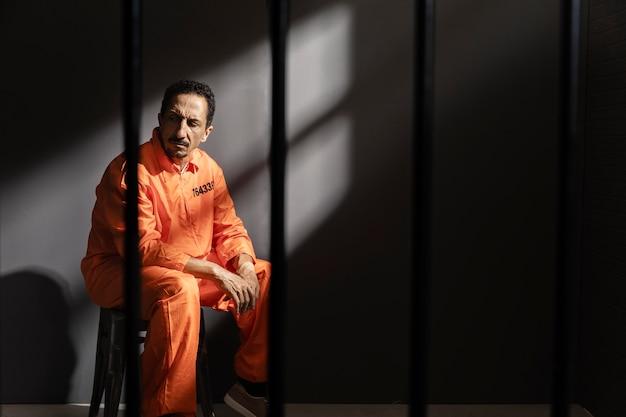 Hombre de mediana edad pasar tiempo en la cárcel