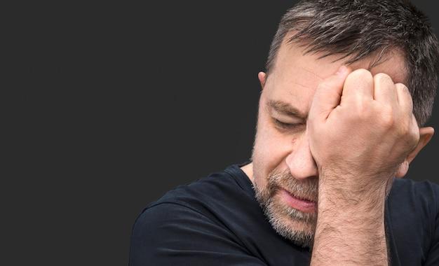 Hombre de mediana edad que sufre de dolor de cabeza