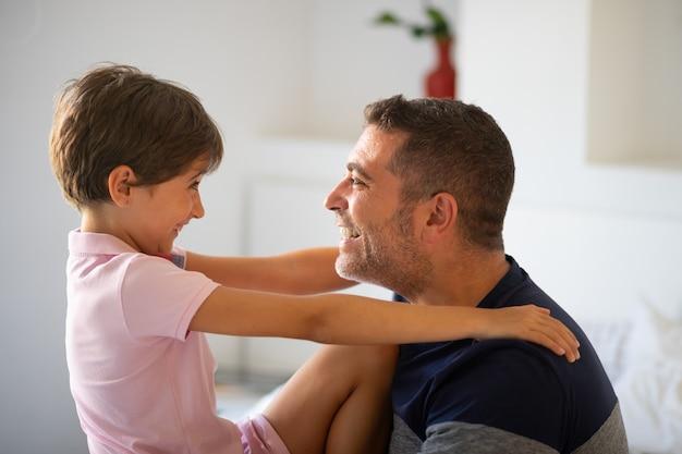El hombre de mediana edad y su pequeña hija se abrazan.