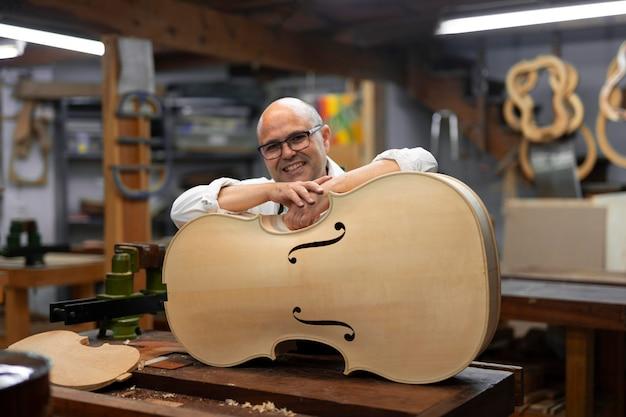 Hombre de mediana edad en su taller de instrumentos