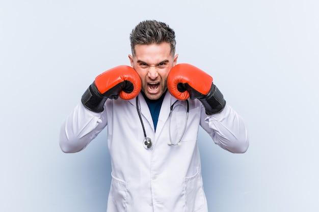 Hombre médico caucásico con guantes de boxeo