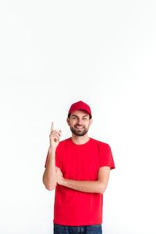 Hombre de mensajería de pie apuntando su dedo hacia arriba