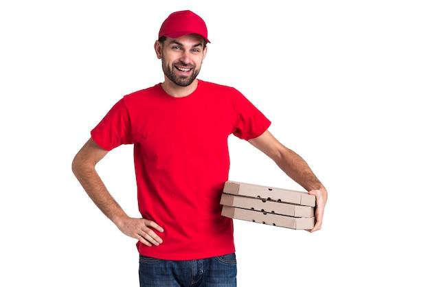 Hombre mensajero con pila de cajas de pizza
