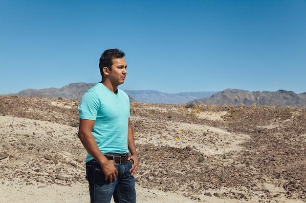 Hombre mexicano de pie en el desierto, valle de la muerte en california