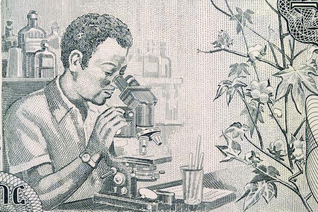 Hombre en el microscopio un retrato de dinero etíope