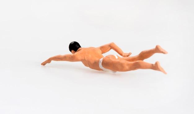 Hombre miniatura nadando en vacaciones de verano