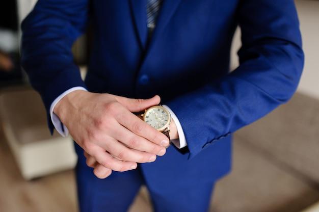 El hombre mira su reloj