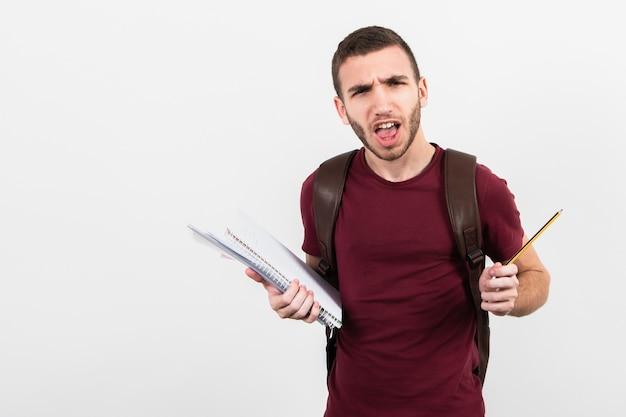 Hombre mirando a cámara y sosteniendo artículos de papelería