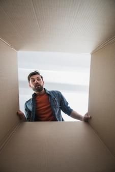 Hombre mirando dentro de la caja