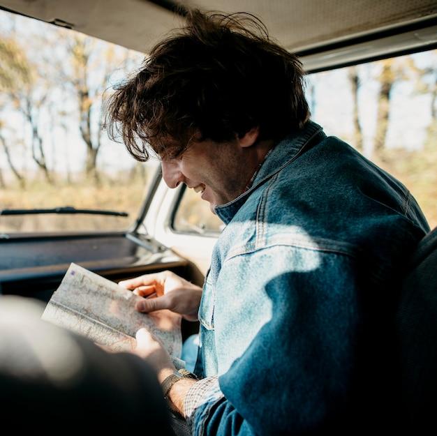 Hombre mirando un mapa de nuevas ubicaciones