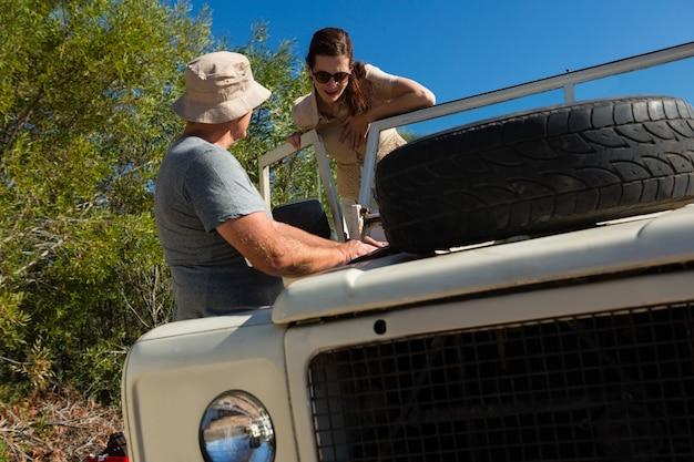 Hombre mirando a mujer en vehículo