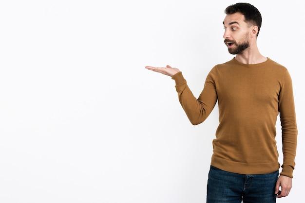 Hombre mirando a otro lado y mostrando con la mano