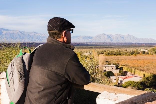Hombre mirando a otro lado el paisaje de montaña