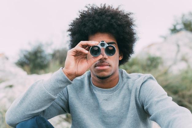 Hombre mirando por prismáticos