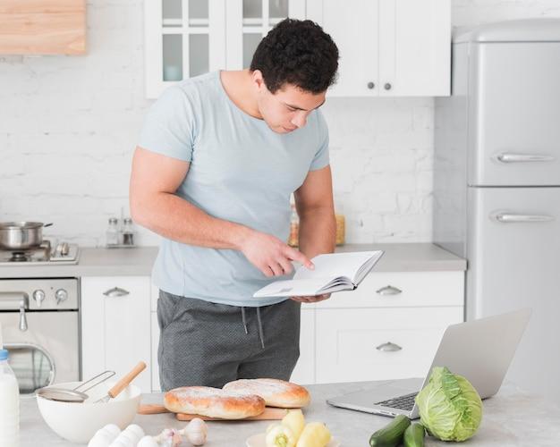 Hombre mirando desde recetas en línea