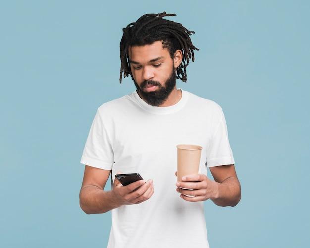 Hombre mirando en su teléfono inteligente